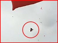 ベトナムの凧揚げ祭りでロープに絡まって上空へ運ばれた少年が落下して死亡。そのビデオ。