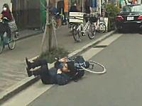 自転車の危険な瞬間。カバンが前輪に絡まって一回転してしまうお兄さん(´°_°`)