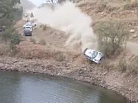 WRCラリー第3戦で危機一髪。コースをそれたマシンが池に落ちて完全に沈没してしまう