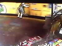 動き出したバスに無理やり乗ろうとした女性。後輪に踏まれて潰される(@_@;)