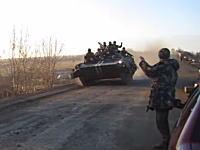 この交通事故は珍しいwww対向車を避けた戦車が道路を飛び出してしまうビデオ。