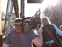映画撮影中の死亡事故。撮影現場に貨物列車が突っ込みカメラアシスタントが死亡。