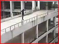 多くの生徒の目の前で少年が校舎の踊場から飛び降り自殺。その瞬間の映像が公開される。
