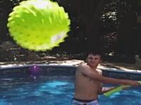 思わず画面の前で避けてしまう!カメラにボールが向かってくるハプニング映像。