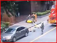ビルから飛び降りた女性が地面に激突。その瞬間を撮影していた映像が投稿される。