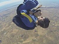 GJすぎる動画。スカイダイビング中に発作を起こした仲間を助けたスカイダイバー