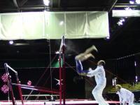 コーチGJ動画。鉄棒競技で少女の落下を二度もキャッチしたコーチが称賛されている。