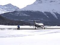無茶する海外。飛行機に引っ張ってもらってスノーボード。はええwwwww