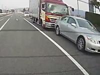 よそ見かな。トラックがレクサスに突っ込み玉突き事故に。ベンツはどこ停めてるん(´・_・`)