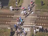 自転車ロードレース「パリ~ルーベ」で珍事。レース中に踏み切りの遮断機が下りて選手が立ち往生w