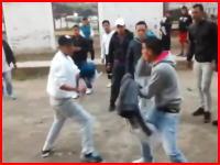 ガチの決闘。お互い右手にナイフを持ってガチで戦う男たち。刺されたら負け。