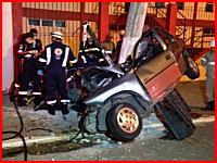 乗っていた男女が死亡した事故のビデオ。猛スピードで電柱に突っ込む車。