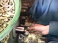 潜入。タリバンの弾薬工場。米軍の残していった弾薬をタリバン用に作り変える作業。