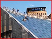 角度のきつい屋根を滑り降りた男たちが大怪我(@_@;)そりゃそうなるだろ動画。