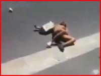 路上で全裸の女性がリンチされている動画。南アで外人を標的にした暴行事件が相次いでいるらしい。