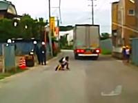 これは怖いドラレコ。友達を見つけて走り出した小学生がトラックにどーん動画。