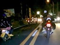集団ストーカーの人がパトカーを追い抜いて珍走団を追い回すwwwお前も珍走じゃねえか動画。