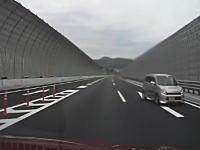 これだからお年寄りは。高速道路の合流でUターンして逆走しだす軽自動車。