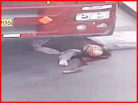 動き出した大型トレーラーの目の前を渡ろうとした女性。踏まれて死亡。その映像。
