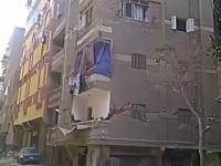 地震でも無さそうなのに。大きな亀裂が入ったビルディングが崩壊する瞬間。