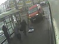 歩道に乗り上げたバンが標識をなぎ倒しバス待ちをしていた2人をひき殺す。その映像。