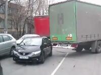 トラックに引っ掛けられてドナドナされていく悲しいフィットの映像が撮影される。