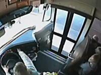 暴走SUVに殺されかけた少女たち。スクールバスに乗ろうとした児童が危機一髪。