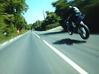 マン島TTレース時速320キロメートルの世界でバトルするこの人たちって。見るだけでアドレナリン動画。