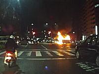 四条堀川交差点で中央分離帯に乗り上げた?車が横転して大炎上。その瞬間。