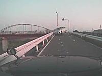 どんだけ飛ばしてるんだよ(´・_・`)堤防道でジャンプして突っ込んでくる車。WRCかw