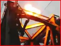 鉄道橋に登っていた少年が感電して線路に落下。そこに電車が来てはねられる。