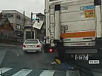 トラックの影から右直事故。DQN仕様のアリストと軽バンが衝突する瞬間ドラレコ。