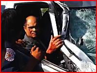 トゥクトゥクとミニバンの恐ろしい事故現場。車の男性は助け出されたけど・・・。