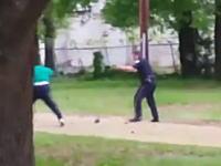 逃げる黒人に白人警官が連続して銃を発砲。その映像がアップされ問題になる。