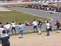 ファンの乱入に驚いてスピードを落としたクリビーレをドゥーハンがパスして優勝。1996GP500スペイン。