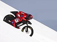 自転車による斜面滑走で時速223.3km/hの世界記録を達成。自転車というか恰好がw
