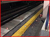 神奈川の駅で撮影された恐ろしい人身事故の現場。ホームに肉片が散乱している。