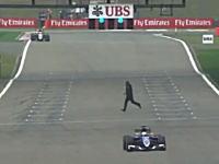 中国人がF1のフリー走行中にコースに乱入。フェラーリのピットに駆け寄り「マシンが欲しい!」