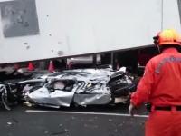 台中市の工事現場で吊り上げていた209トンの鉄骨梁が落下。車が潰されるなどして4人が即死。