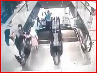 エスカレーターの手すりで遊んでいた6歳の少女が落下して死亡。その動画像。