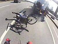あぶねえええええ!車道を走っていたチャリンカーが後ろから来たセミトレーラーに引っ掛けられる
