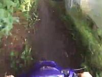 転倒しながらも白バイから逃げ切ったスクーターの車載。これ動画からバレるんじゃないの。