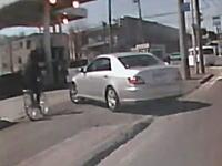 これはさすがに自転車も止まれよと思う事故ドラレコ。ガソスタに入った車と自転車。