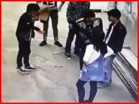 中国の若者の喧嘩がヤバすぎる。女子を巡る争いで倒れた男性の頭にレンガを投げつける。