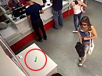 ターゲットはカッターナイフ?しょぼい物を盗むのに手の込んだ事をする少女が撮影される