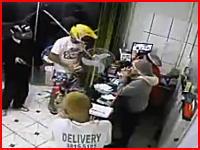 ブラジルの警官容赦ない(°_°)商店に押し入った武装強盗が3人の警官の一斉射撃で蜂の巣にされて死亡。そのビデオ。