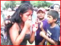 タクシー強盗に関与したとされる若い女性がリンチされ生きたまま焼かれる。再生注意。