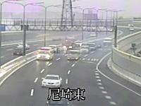 日本でこういう映像は珍しい?高速道路で事故処理中の現場に別の車が突っ込む瞬間。尼崎東