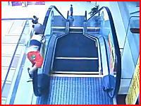 2歳の男の子がエスカレーターの手すりに持ち上げられて落下。地面にビターン(°_°)