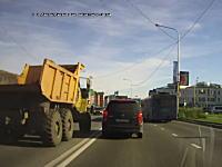 ダイナミック追い越し。対向車お構いなしに車線をはみ出して追い越していく大型ダンプが撮影される。